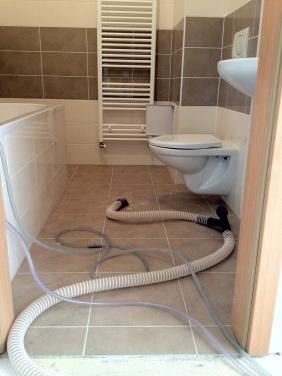 Vysoušení podlahy pod dlažbou a odvod kondenzátu