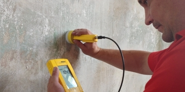 Měření vlhkosti zdiva mikrovlnou sondou.